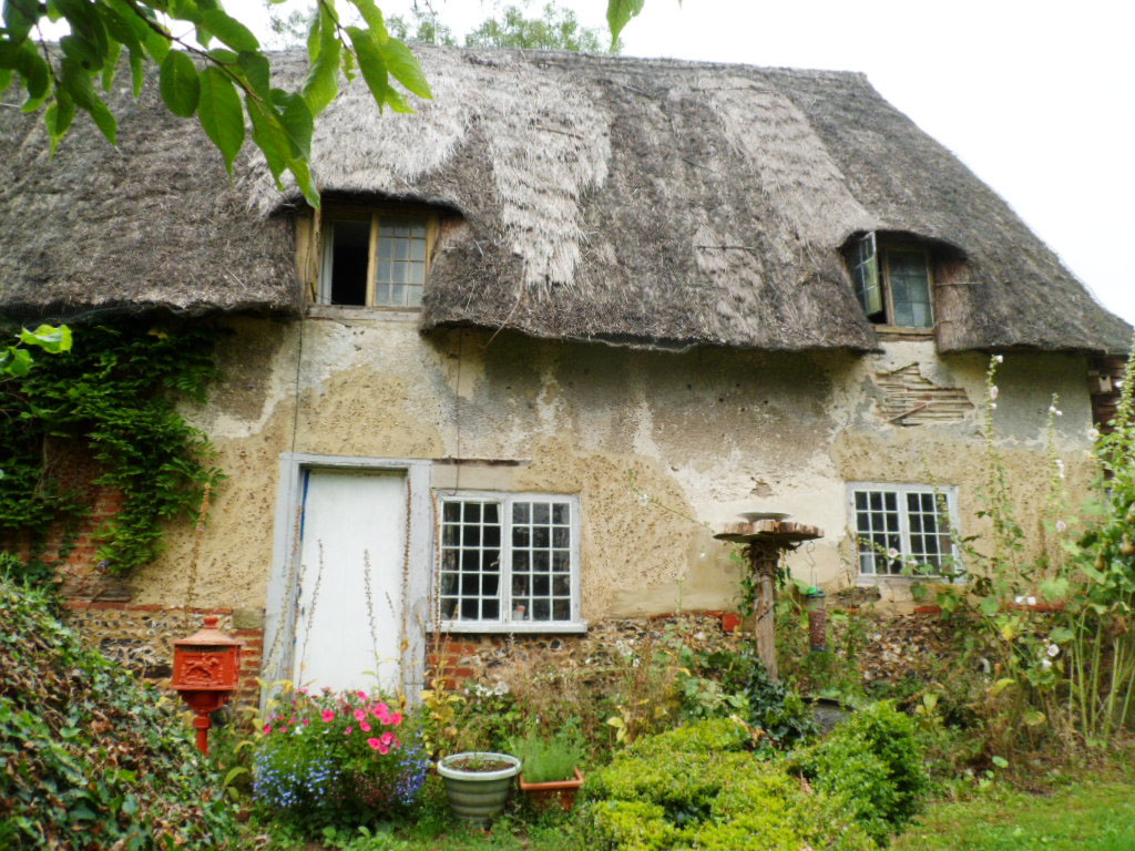 Grade ii c17th thatched timber frame cottage with wattle for Small timber frame cottage